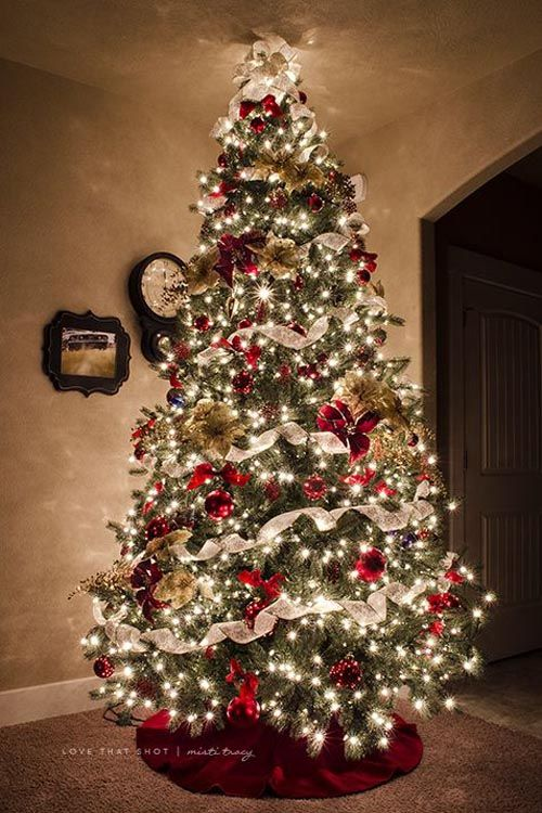 Traditional Christmas Trees are always my favorite! As they are a classic that is hard to beat. This is the type of tree that I grew up with and one that I typically still love to use in my own home. via:  love that shot