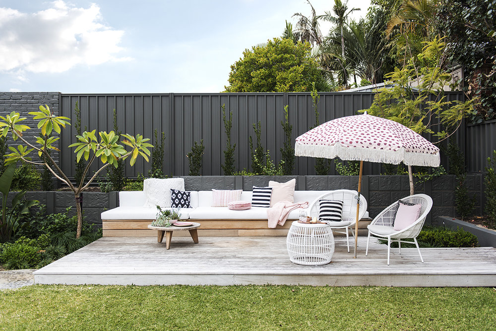 Outdoor lounge belonging to Jenni Farr and designed by Mon Palmer  /  Photography Claire McFerran
