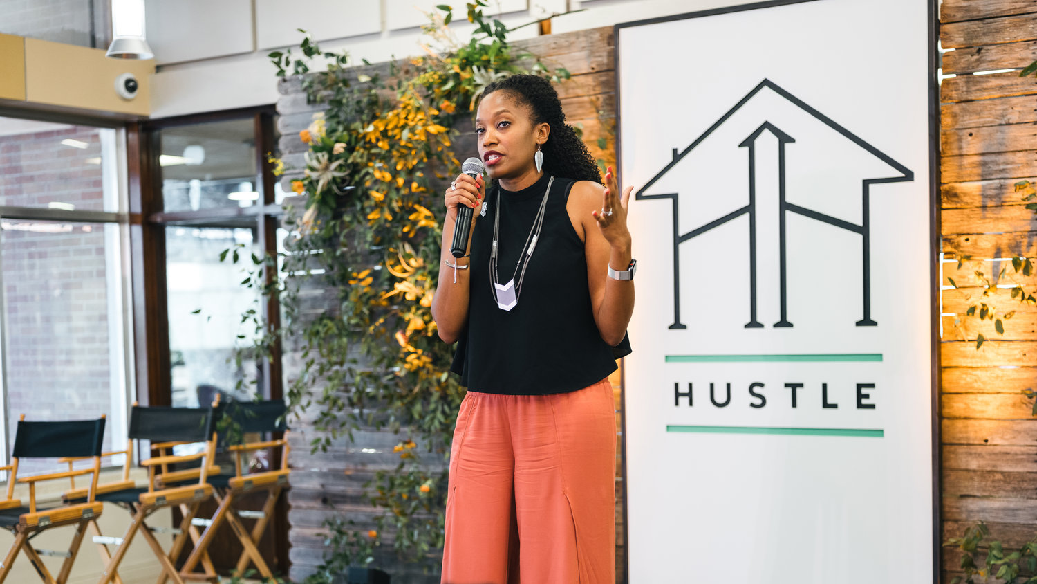 hustle_house_aw speaking (1)@0,75x.jpg