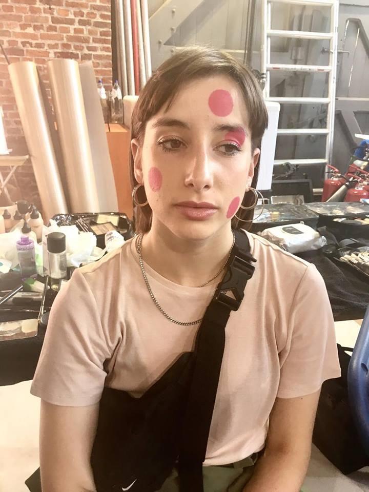 - Tussen de glittermania door zagen we enkele modellen met gekleurde bollen op zowel gezicht als lichaam.