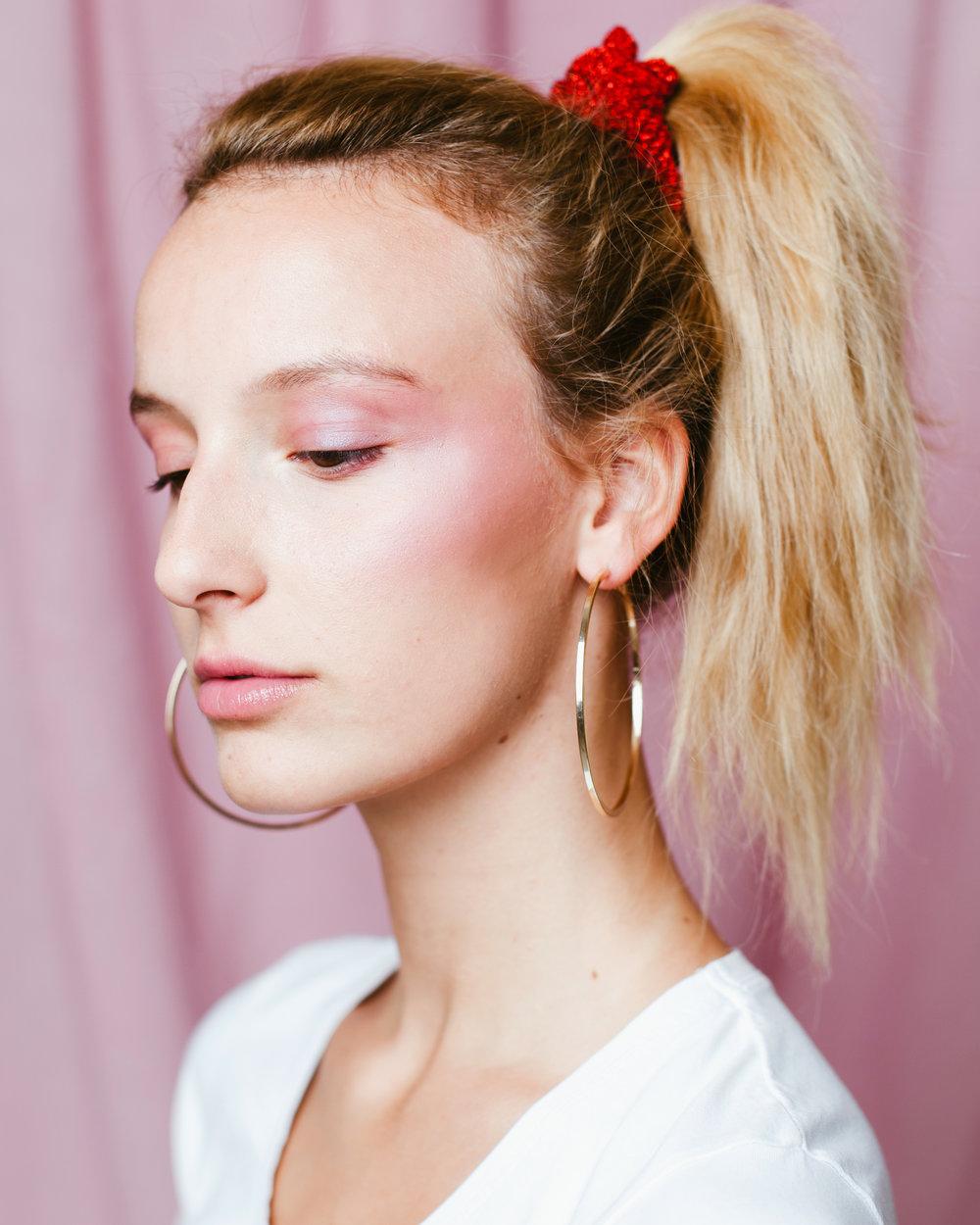 3. Scrunchie lovers - Er is geen makkelijkere manier om de jaren tachtig te omhelzen in je beautylook dan een simpele scrunchie. Deze haarrekker is sinds begin 2018 opnieuw ontzettend hip en gaat voorlopig nergens heen. Zelfs WWD schreef een volledig artikel over het ooit lelijke haarbandje. Wat moet je dus doen na het lezen van dit artikel? Op scrunchie-jacht gaan. Koop je favoriete kleuren, prints, glitters… en laat al je andere haarelastiekjes vanaf nu aan de kant liggen. O, en ze zijn niet alleen hip, je haar zal ook minder snel breken dan met zo'n strak rekkertje. Ideaal dus!