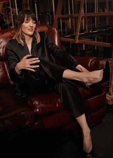 Jen Kirkman - Als een van Amerika's meest gerespecteerde comedians, verheft Jen Kirkman haar eigen leven tot kunst en zette ze dagdagelijkse anekdotes om in een decennialange carrière. Ze is stand-upcomedian, screenwriter, podcaster en actrice met verschillende albums, twee Netflix-specials en nu al een bestselling autobiografie op haar naam.