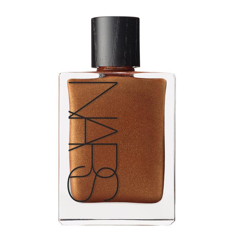 By Night - Shimmer time met de glanzende variant van deze magische olie. Combineer met een weinig verhullende top en show that glow op de dansvloer!