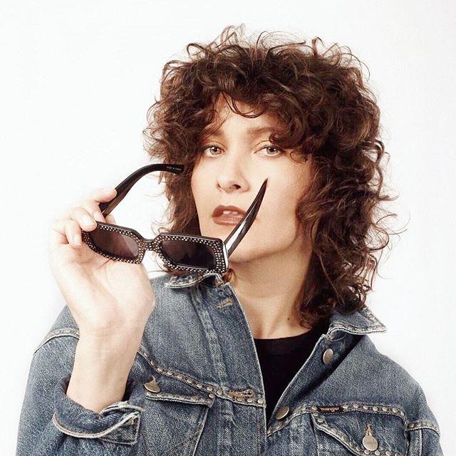 """""""Powervrouw is voor mij een woord dat eigenlijk twee keer hetzelfde zegt. Alsof we nog altijd moeten bewijzen dat er power in vrouwen zit."""" . Powervrouw van de maand: @ouninana. link in bio! . Fotografie: @juliaduboisrosca  Styling: @kikivogels  Makeup & Hair: @crystaldie"""