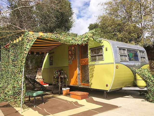Meanwhile back in California ... Happy St. Patrick's Day from the Ocean Mesa trailer rally 🍀🏕! Here's our friend Fays 1951 Roadmaster all decked out for this years MASH rally theme! Stop by and tour our 1950 Westcraft if your in the Goleta area (also watch our insta story to see all the shenanigans Smokie + the other trailerites have been up to)!! #vintagetrailer