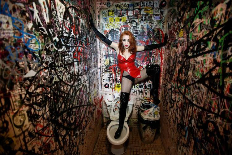 New York Graffiti Bathroom In Red Atsudo Kudo Latex