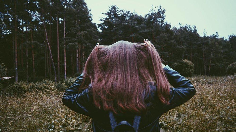 girl-forest-nature-stroll-160627.jpg