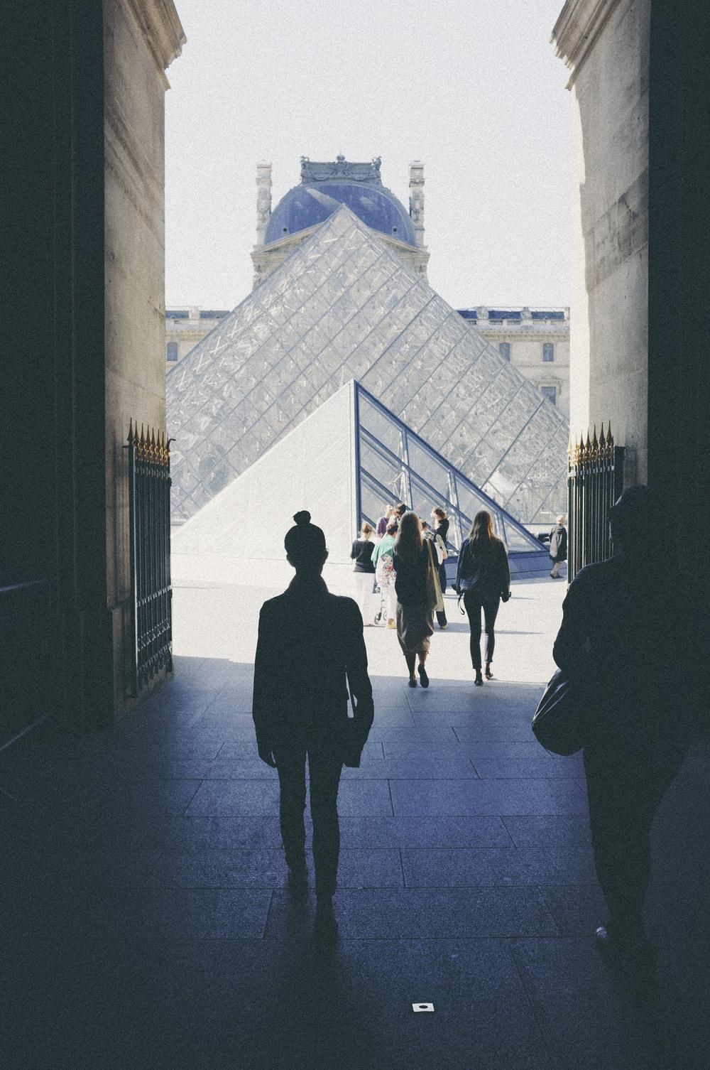 louvre pyramid, paris - www.derrive.com
