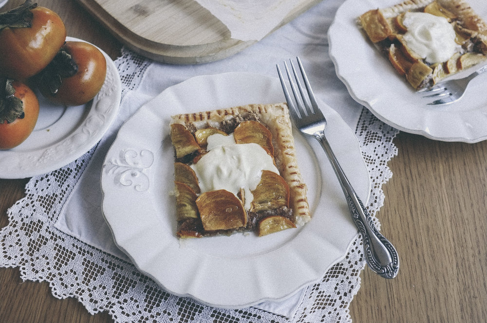 dérrive recipe - persimmon and almond butter tart www.derrive.com #persimmon #persimmontart #almond #almondbutter #french #frenchrecipe #frenchfood #dessert #recipe