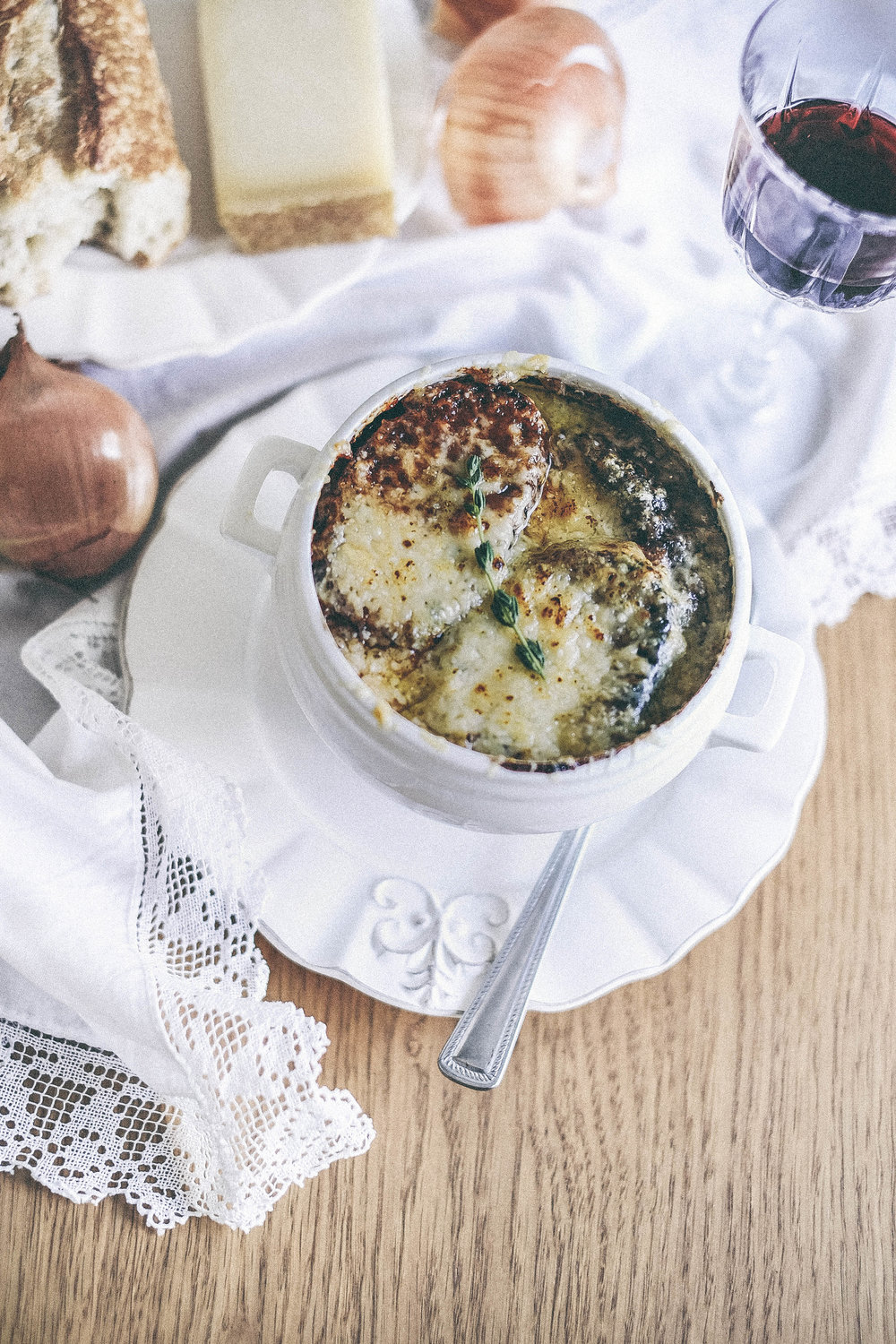 dérrive recipe - red wine and bone broth french onion soup www.derrive.com #bonebroth #redwine #frenchonionsoup #onionsoup #frenchcusine #soup #guthealth #cheese #foodblog
