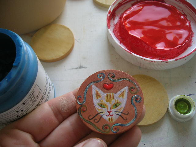 painting wooden disc necklace with a cat head
