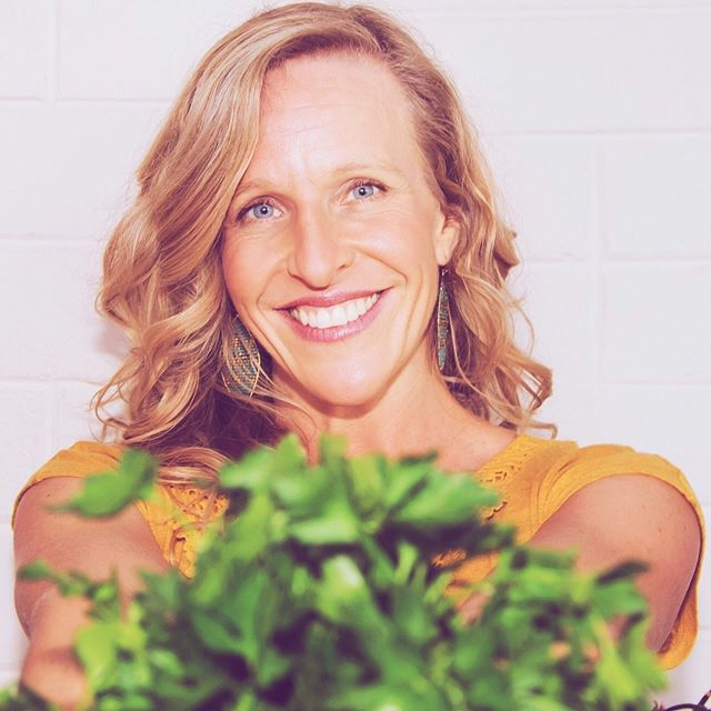 I've not ever properly introduced myself here on IG, so I thought I'd take a moment to do that today 🌷I'm Dara and I've been passionately devoted to with health + wellness and food + cooking for a very long while now. I'm a trained professional chef👩🏼‍🍳, teach nutritionally-minded cooking classes, have studied nutrition and holistic wellness for over a decade with many experts in the field, and recently got certified as a Human Potential life coach too. My studies continue on always as I truly love to learn and can't seem to stop🤓😎 • My life pretty much revolves around health and living a highly conscious lifestyle that has top health and feeling incredible as its goal, but of course includes the most delicious foods ever. (Hello, vibrant veggies and the world's best raw chocolate creations👋🏽) I simply want to feel as ahhhmaaazing as possible, all of the time, and I want that for YOU too!💕 I'm still on my way there myself, but I'm doing a pretty darn good job at creating an incredible life and adore helping others do that too. Of all of the things my friends, family, and clients say to me most, it's that I naturally inspire them to make better choices in their life, and that because of the new choices, they feel more energy, more present and purposeful in their lives, and more excited to create a life that brings them true joy and happiness. My purpose is to inspire YOU too, so come follow along!💥💫🌟 • I was really not in good health for most of my life myself, so I feel you if you're still on your way up. I've had to sift through SO MUCH health information in the past decade to figure out what works for me to feel my best. Clean eating and focusing mostly on seasonal whole foods, connecting to the earth and getting daily sunshine☀️, spring water💦 , mindfulness practices including yoga + chanting🕉, enough time for sleep + rest😴, authentic communication and healthy relationships👫, and working with plant medicines🌿of all sorts are a few things that have really helped me grow and heal. It's been an empowering journey for sure!💪🏾 • 👇🏽👇🏽👇🏽continued in comments 👇🏽