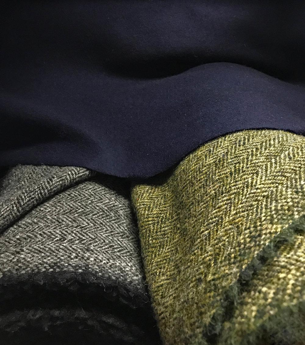 """WOLLE  Wolle (""""Virgin Wool"""") gehört zu den ältesten Textilien weltweit.Bereits im 4. Jahrtausend vor Christus wurde Wolle in Vorderasien genutzt.  Die aus Tierhaaren hergestellte Naturfaser hat die besondere Eigenschaft, dass sie sowohl vor Wärme als auch Kälte isolierend schützt und deshalb auf der ganzen Welt beliebt ist.  VON DÖRNBERG –MUNICH verwendet ausschließlich feinste Virgin Wool in unterschiedlicher Ausprägung: Loden aus Österreich, Soft-Walk aus Südtirol, Harris-Tweed der Äußeren Hebriden, Cashmere-Jersey, Cashmere-Gabardin sowie Soft-Tweed aus Italien."""