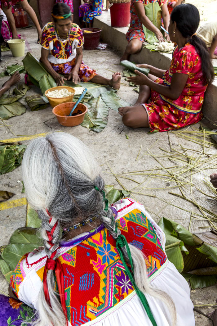 Las mujeres de la comunidad se reúnen para hacer los tamales de la fiesta del día del padre en el Mango, donde conviven, comparten y cocinan.