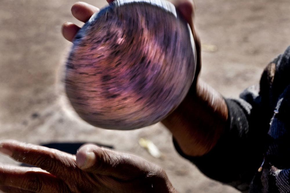 Las mujeres hacen tortillas en el aire que parecen planetas en movimiento.