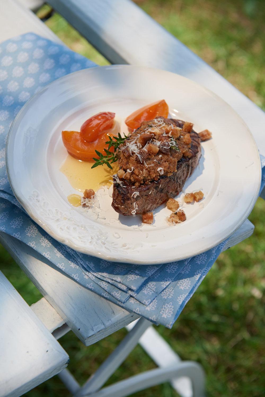 Gegrillte Hirschsteaks mit Glasierten Aprikosen und Bauernbrot Parmesankruste