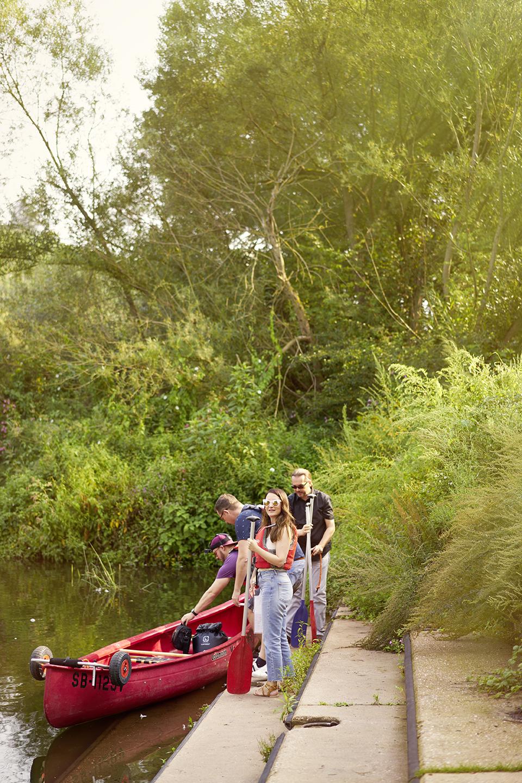 .... Torsten, Sascha and Sarah venture into the water. .. Torsten, Sascha und Sarah wagen sich ins Wasser. ....