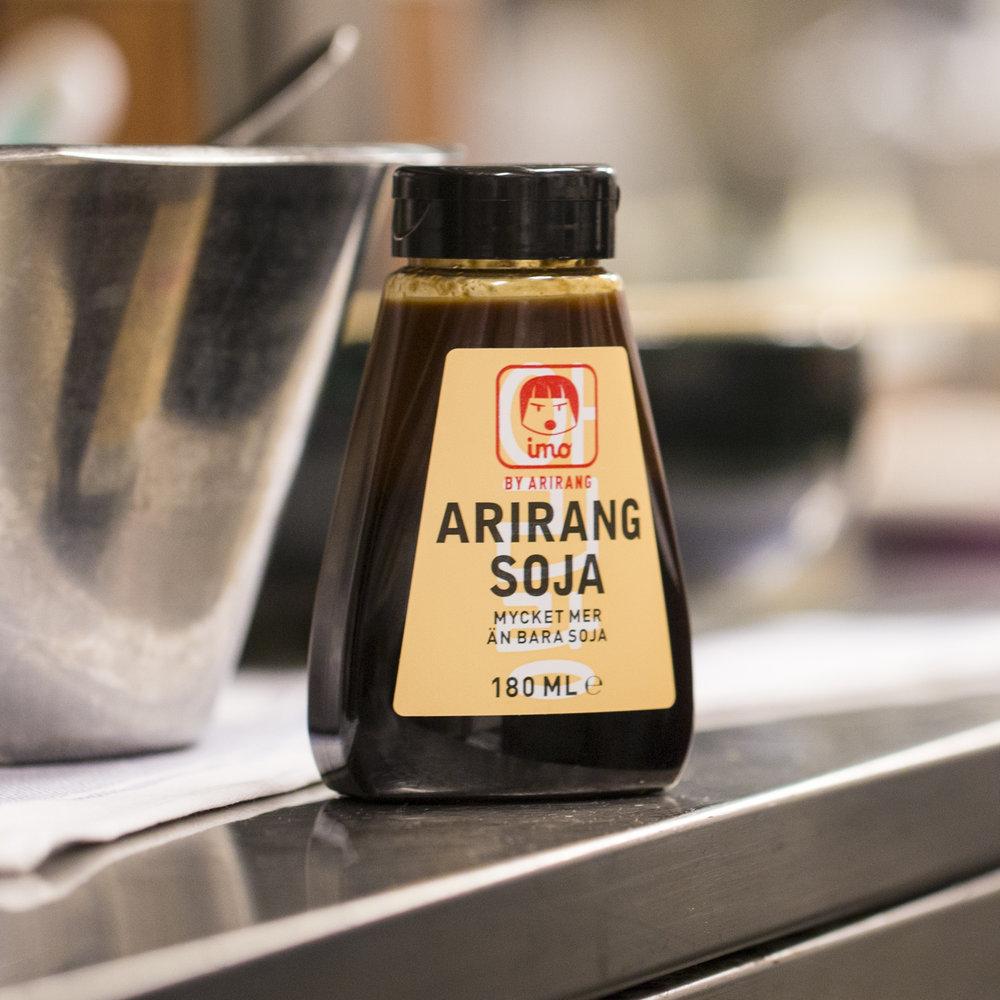 """Arirangsoja är koreansk fermenterad soja kryddad med vitlök, sesamolja och peppar. """"Vet du att något saknas, utan att komma på vad det är – tillsätt Arirangsoja""""."""