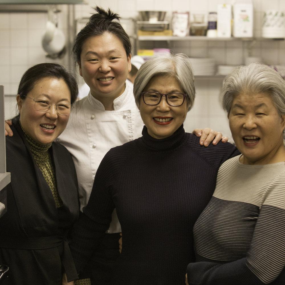 """Byung-Hi, Byung-Soon, moster """"Imo"""" Kee Sun och Mamma Boo Mee Ja i köket på Restaurang Arirang. Här föddes såserna som nu finns att köpa i vanliga mataffärer."""