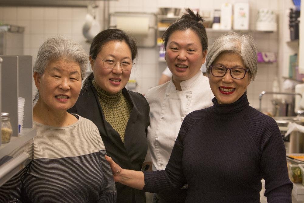 """Mamma Boo Mee Ja, döttrarna Byung-Hi och Byung-Soon samt moster """"Imo"""" Kee Sun och i köket på Restaurang Arirang. Här föddes såserna som nu finns att köpa i vanliga mataffärer."""