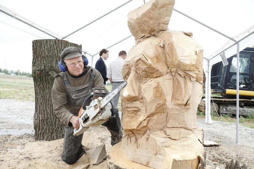Bildhauer Roger Löcherbach bei der Arbeit