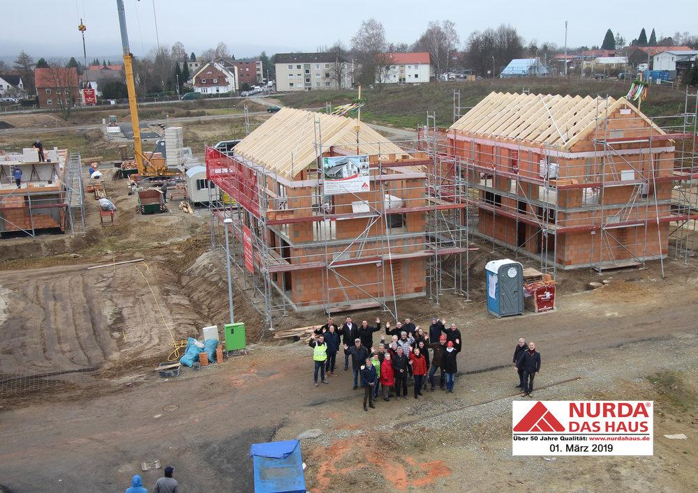 Grund zum gemeinsamen Feiern: Richtfest der ersten Einfamilienhäuser auf Baufeld 7