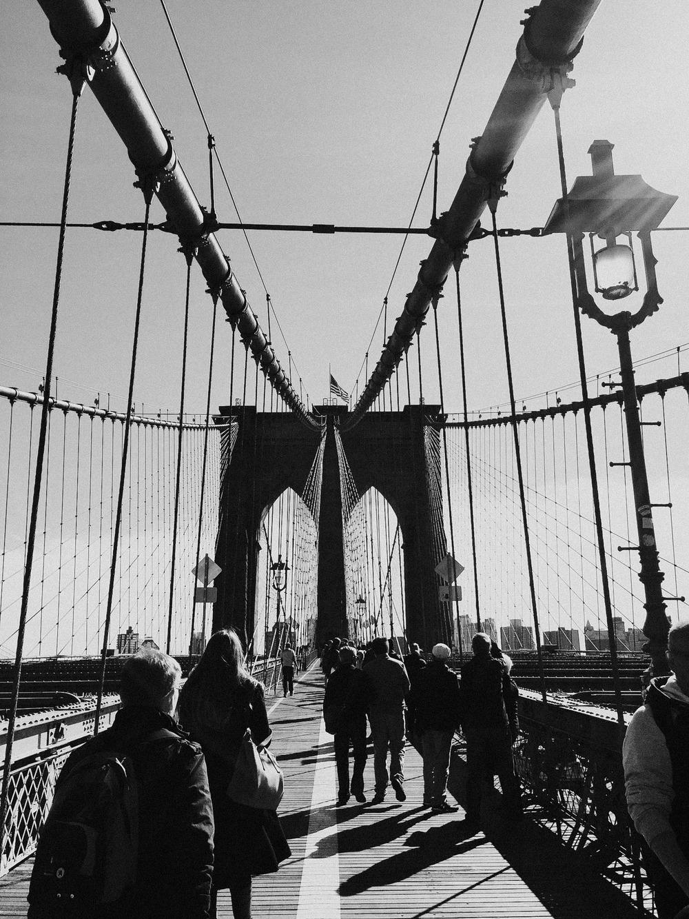 sara, the crowd and the brooklyn bridge // nyc, ny