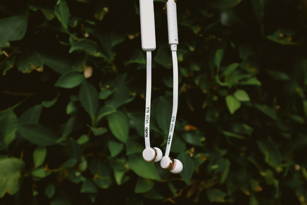 Vasa Blå earbuds; White with Rose Gold Accents by Sudio Sweden