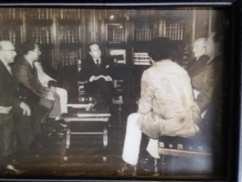 Palacio de Nariño. Bogotá. 1972. El Presidente de la República de Colombia Misael Pastrana Borrero le entrega a  Rafael Campo Miranda  y a otros compositores e intelectuales el galardón como ciudadano ilustre de Colombia.