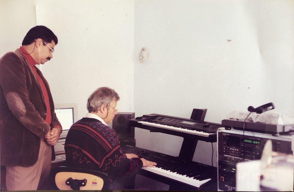 """""""Con mi maestro Armando Velasquez, arreglista, compositor, director y jazzman, departiendo musicalmente en una de sus clases"""" - Bogotá Colombia, 1985."""