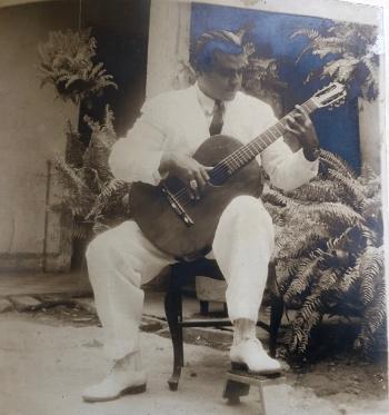 Rafael Campo Miranda interpretando la guitarra a sus 33 años de edad en su residencia de entonces situada en la Cra 47 #80-32 Barrio Alto Prado (Archivo RCV).