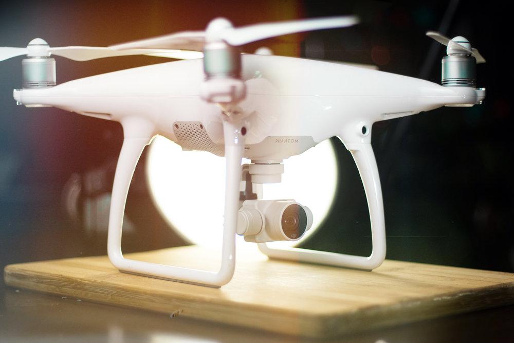 On s'envole! - Avec notre permis de drônes,nous pouvons transporter vos vidéos à la hauteur de vos désirs.