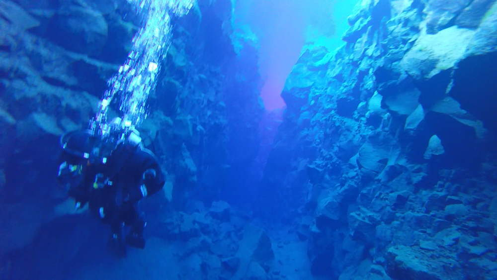 Diving between the North American and Eurasian tectonic plates in Þingvellir National Park!
