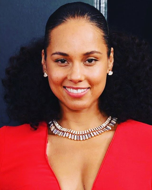 Alicia Keys went with a minimal makeup look for last night's Grammys. Let us help you how to achieve a healthy skin just like her ❤️