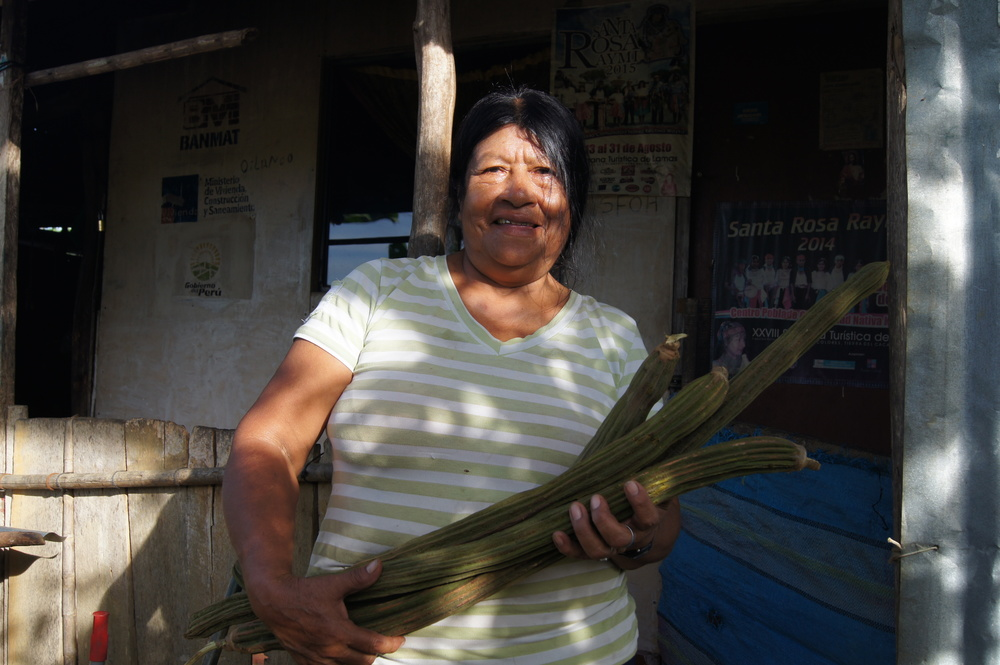 Elma et ses guabas avant de descendre au marché Wayku.