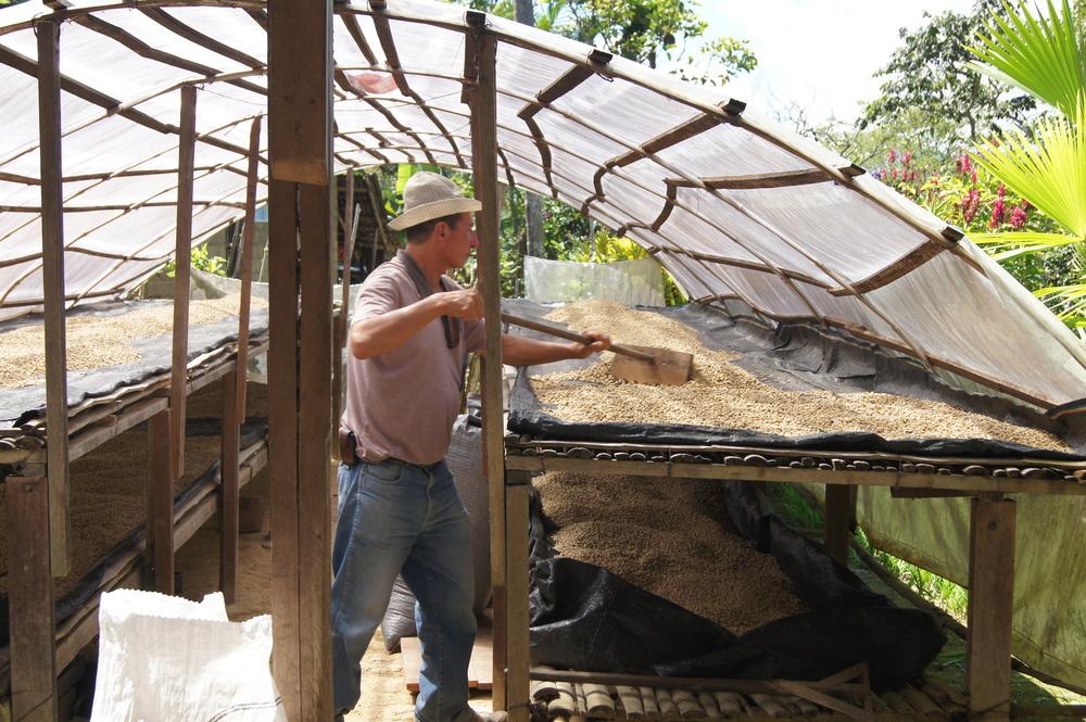 Juan dans le séchoir solaire