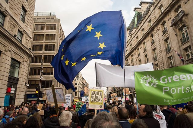 🇪🇺👍 . . . #peoplesvote #peoplesvotemarch #london #piccadilly #londonpiccadilly #revokearticle50 #EUflag #EU #protest #protestmarch #protestsigns #putittothepeople #putittothepeoplemarch #crowd #people #city #cityoflondon #centrallondon