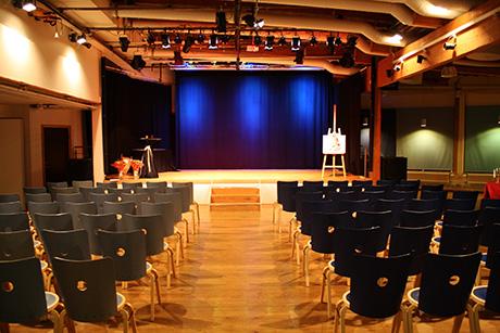STORA SCEN   Vår stora scen rymmer 250 personer och är fullt utrustad med avancerad ljud-, ljus- och bildteknik (kräver bokning av tekniker). Perfekt för konserter, fester, filmvisningar eller möten för de större sällskapen!      MAX ANTAL PERSONER: 250