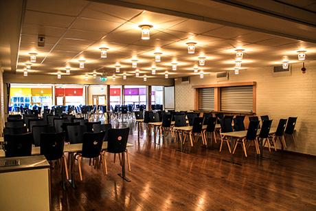 LILLA SALONGEN   Lagom liten lokal för möten med plats för 65 sittande. Ligger i anslutning till Stora Scenen men kan stängas till med skjutvägg. Tillgång till serveringsdel.    MAX ANTAL PERSONER: 65
