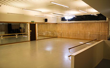 DANSSALEN   Blå Ställets danssal är en utmärkt lokal för all slags dans, träning, kampsport m.m. Lokalen rymmer 100 sittande personer och kan möbleras för möten, konferens och olika typer av workshops.Omklädningsrum med dusch och toalett precis i anslutning. Tillgång till ljudanläggning och wifi finns.    MAX ANTAL PERSONER: 100