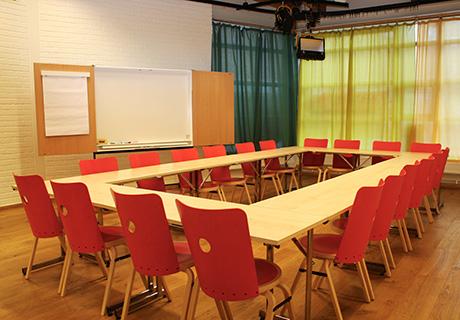 STUDION     Den gamla filmstudion är en rymlig, ljus lokal med högt till tak och stora fönster. Perfekt för konferens och möten. Möjlighet till projektor och wifi finns.    MAX ANTAL PERSONER: 40