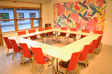 PERGOLAN   Perfekt möteslokal för det mindre sällskapet. Ljust rum med fräsch inredning och fönster mot vår innergård. Projektor och wifi finns. Lagom för ca. 16 personer.    MAX ANTAL PERSONER: 25