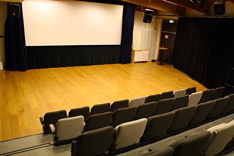 bio salongen     Bio Salongen är vår mest dynamiska lokal med en stor filmduk, video- och ljudsystem samt wifi. Möblering efter era egna önskemål eller möjlighet till biosittning med gradäng med 47 sittplatser.    MAX ANTAL PERSONER: 100