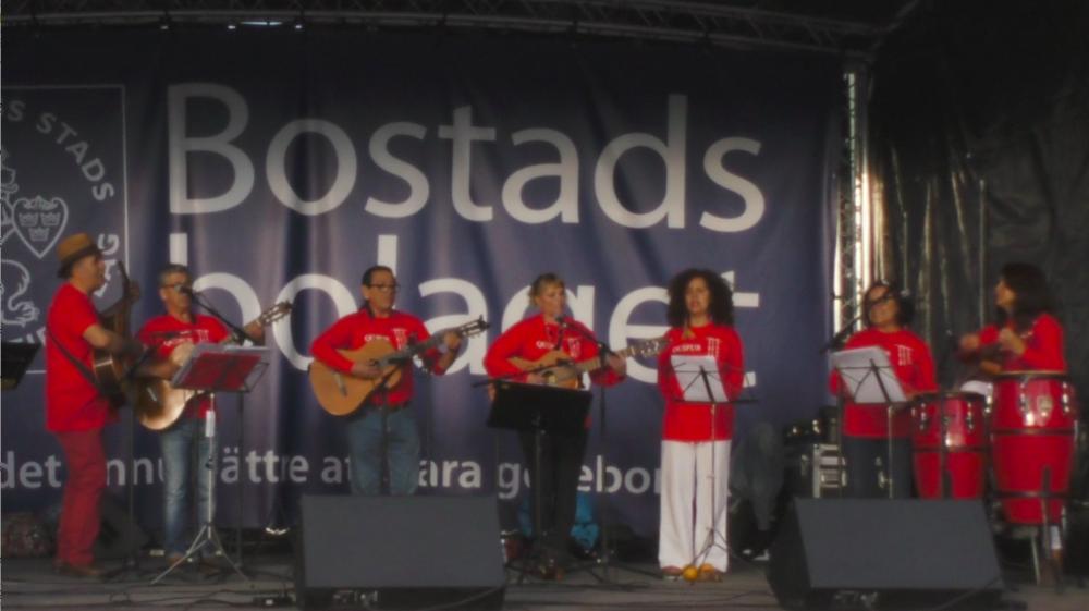 MUSIK: QUIPUS – ANDERNAS VISKNINGAR I VINDEN Quipus består av tio musiker som spelar latinamerikansk musik från bergen i Anderna och från de länder som medlemmarna kommer ifrån: Chile, Colombia, Mexiko och Sverige. De sjunger med kraften och känslan hos en folklig kör och spelar instrument såsom charango, panflöjt, quatro, bombo, gitarr, ukulele och slaginstrument. Kl 19. Restaurang Kultur på Burk. Fri entré.  28 SEPTEMBER 2016