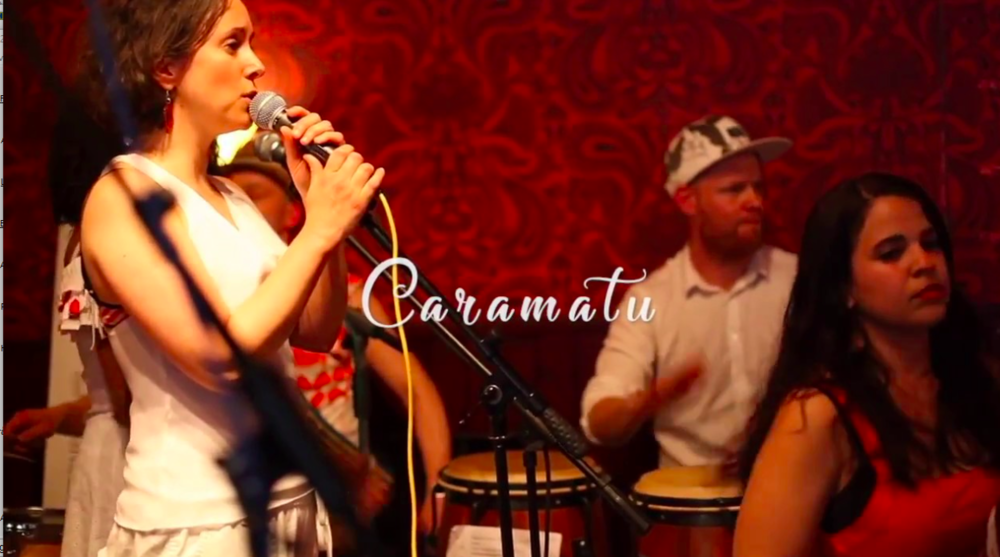 CARAMATU 7/12 2016 Dundrande driv och suggestivt sväng! Caramatu är en grupp med 10 musiker som spelar en musik grundad i den afrobrasilianska kulturen. Med slagverk och sång förmedlas den kraftfulla och andliga energin i stilarna maracatu, coco och afoxe. Musiken har sin grund i de forna brasilianska slavsamhällena och den religösa musikens rytmer som har korsats med flera andra musiktraditioner. Sången sjungs på portugisiska. Kl. 19. Restaurang Kultur på Burk. Fri entré