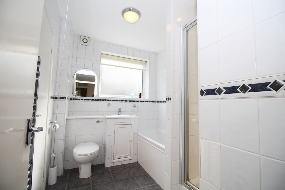 ensuite bathroom 06.jpg