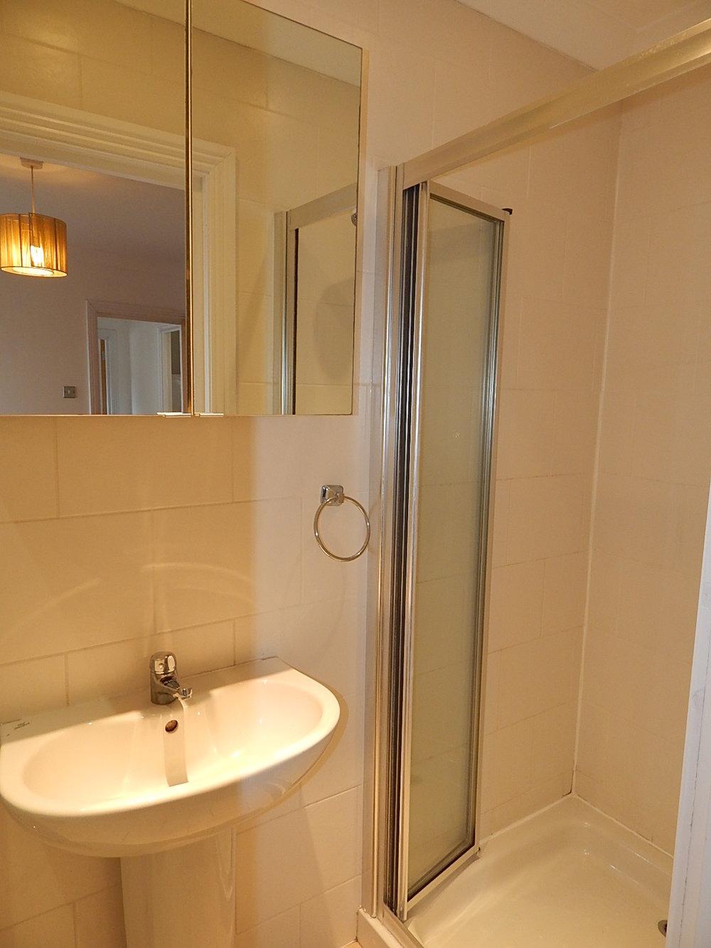 ensuite bathroom 06.jpg