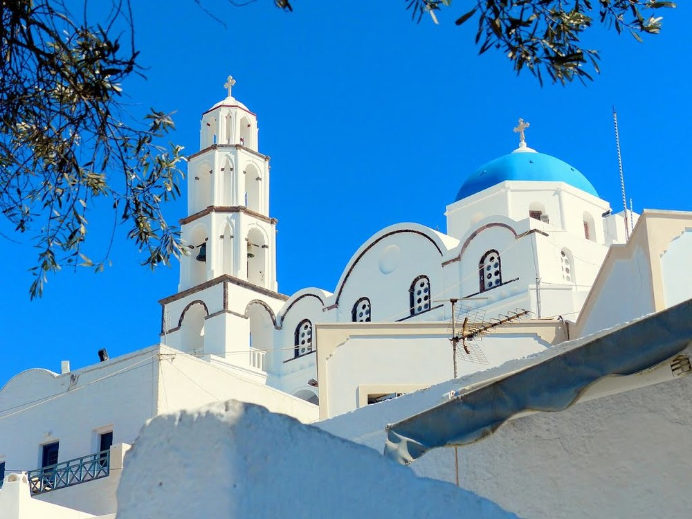 Pyrgos Kallistis Pyrgos Kallistis or simply Pyrgos is a picturesque village on the Aegean island of Santorini, Greece, in the Cyclades archipelago with a population of approx. 732 according to the 2001 census.