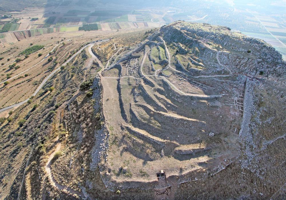The cyclopean fortifications and the connection of the Acropolis of Midea with the extensive Mycenaean cemetery in the neighboring Dendra, rank Midea among the major Mycenaean centres of the mainland. – © Hellenic Ministry of Culture and Sport/Ephorate of Antiquities of Argolida