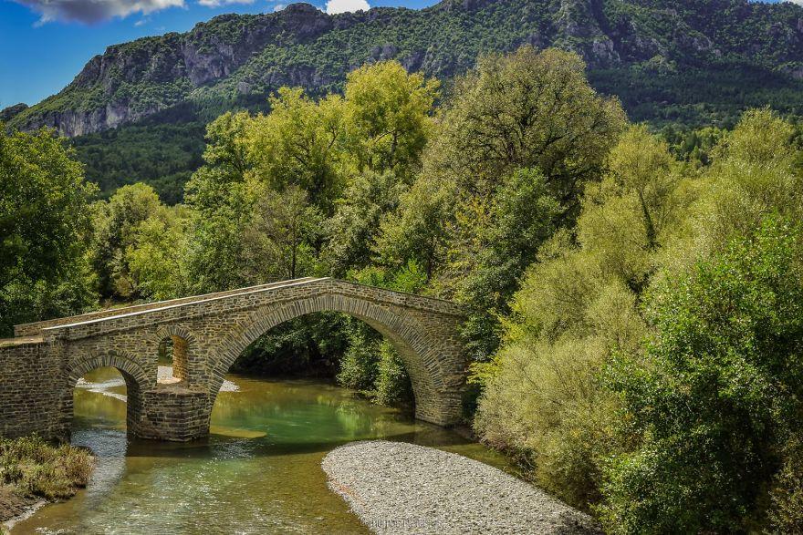 Ziakas stone bridge.jpg